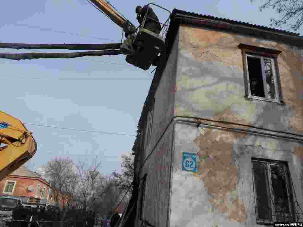Жарылған үйдің бір жақ беті. Шымкент, 21 желтоқсан 2014 жыл.