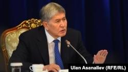Qirg'iziston prezidenti Almazbek Atambaev Alaarchadagi matbuot anjumanida, Bishkek, 2016 yil 1 dekabri.