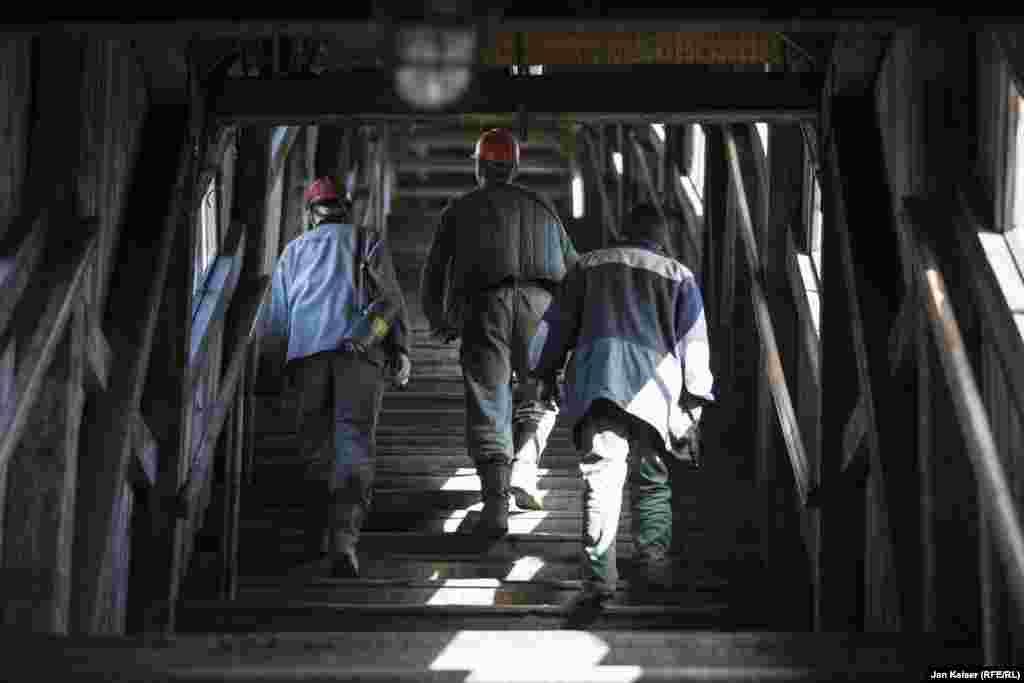 Основное население Баренцбурга – шахтеры. Большинство из них украинцы из Донецка и Луганска. Условия работы в шахтах Арктики похожи на условия в шахтах Донбасса.