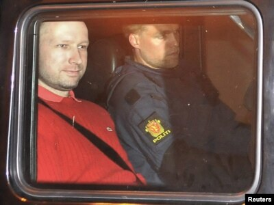 Anders Behring Brejvik u policijskom vozilu nakon napuštanja sudnice, 25. jul 2011.