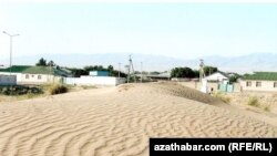 Подвижные пески на окраине Ашхабада.