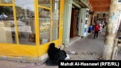أم يدي على رصيف شارع في الناصرية