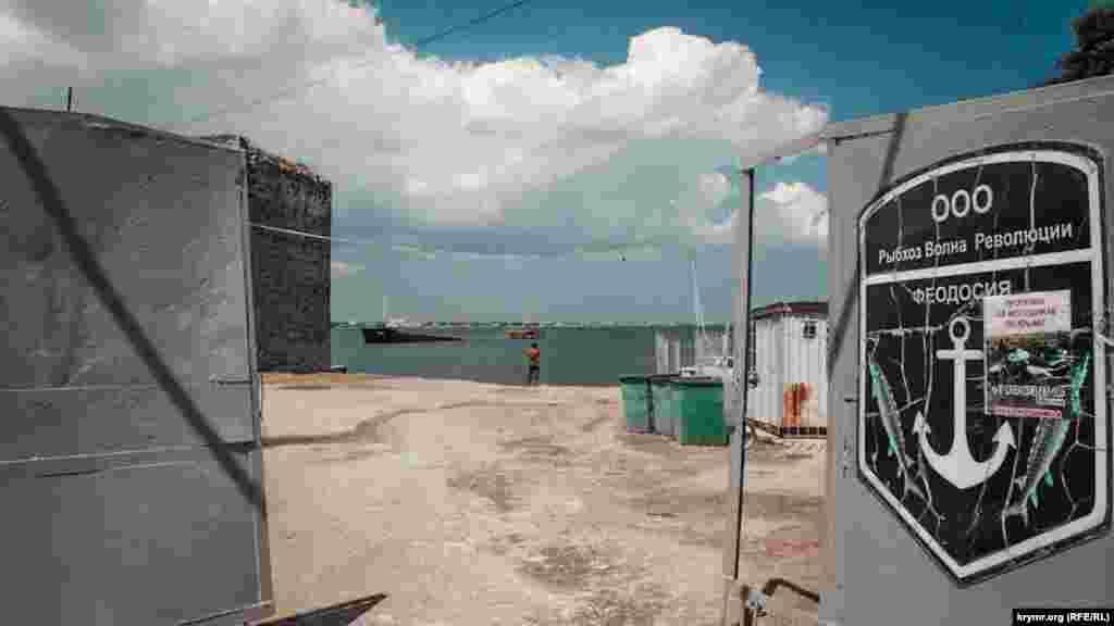 Рыбсовхоз «Волна Революции» продолжает поставлять рыбу городу. К 9 утра привозят ставриду по 120 рублей (около 48 гривен) за килограмм. Разбирают улов за считанные минуты