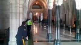 Полицейские в здании парламента
