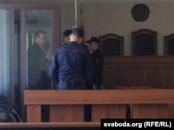 Станіслаў Скавародцаў размаўляе з адвакатам перад судовым паседжаньнем