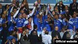 Futbollistët e Çelsit mbajnë trofeun në Mynih, 19 maj, 2012
