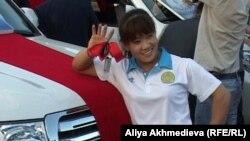 Чемпионка Олимпийских игр Майя Манеза и ее новый автомобиль. Талдыкорган, 15 августа 2012 года.