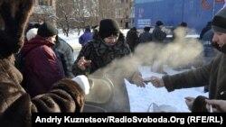 Луганським бездомним волонтери роздають гаряче харчування