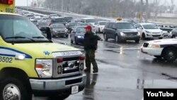 Канадский полицейский останавливает поток автомобилей, чтобы пропустить карету скоро помощи. Иллюстративное фото.