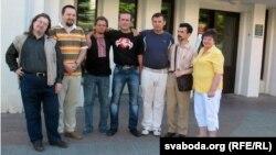 Васіль Парфянкоў з паплечнікамі каля будынка суду