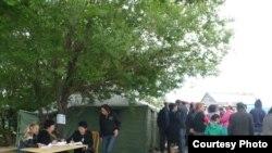 Баспанасын су алған шаңырақтықтарға тігілген шатырлар мен көмек көрсету орталығы. Алматы, 25 мамыр, 2009 жыл.