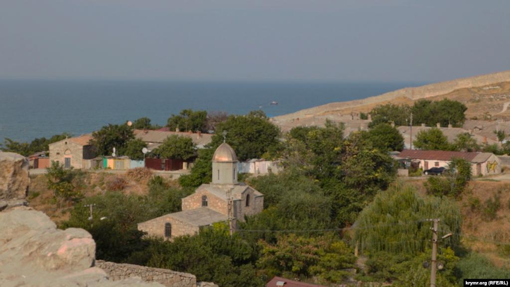 С вершины Карантинного холма открывается вид на две старые церкви – Иверскую и Святого Георгия