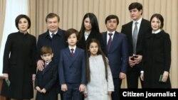 Отабек Умаров (второй справа) женат на младшей дочери президента Шавката Мирзиеева Шахнозе (первая справа).