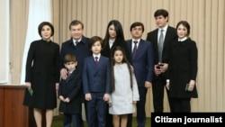 Семья президента Узбекистана Шавката Мирзияева. На фото старший зять президента Ойбек Турсунов стоит четвертым слева. Ташкент, 4 декабря 2016 года.