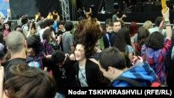 Среди тбилисской молодежи все большей популярностью пользуются мастера, колдующие над головами смельчаков, – профессионально заплетающие настоящие дреды или расты, брейды или зизи