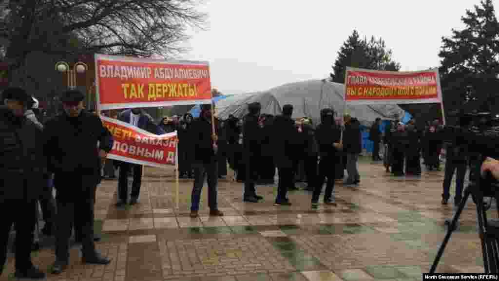Несмотря на дождливую погоду, на митинге собралось около 300 человек
