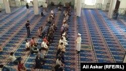 Верующие в мечети.