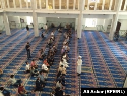 Верующие молятся в мечети в Актобе. 9 июня 2016 года.