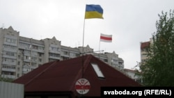 Украінскі сьцяг побач з нацыянальным беларускім над домам Жукоўскага