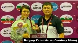 Кыргызстандын күрөш федерациясынын вице-президенти Байгазы Кенжебаев жана кыз-келиндер күрөшү боюнча жаштар арасында Азия чемпионатынын күмүш байгесинин ээси Назира Марсбек кызы.
