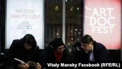 Виталий Манский с коллегами за работой