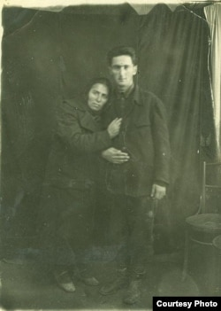 Anası Hüseyn Arifi əsgər yola salır. 1943-cü il.