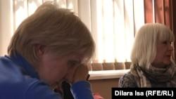 Лариса Харькова (сол жақта) мен сенімді өкілі сотта отыр. Шымкент, 9 қараша 2018 жыл.