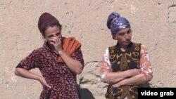 Хилоли ауылында тұратын бойжеткендер. Тәжікстан, ақпан, 2019 жыл.