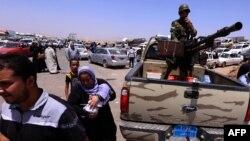 Содырлар мен үкімет әскерінің қақтығыстарынан бас сауғалап бара жатқан тұрғындар. Ниневия провинциясы, Ирак, 10 маусым 2014 жыл.