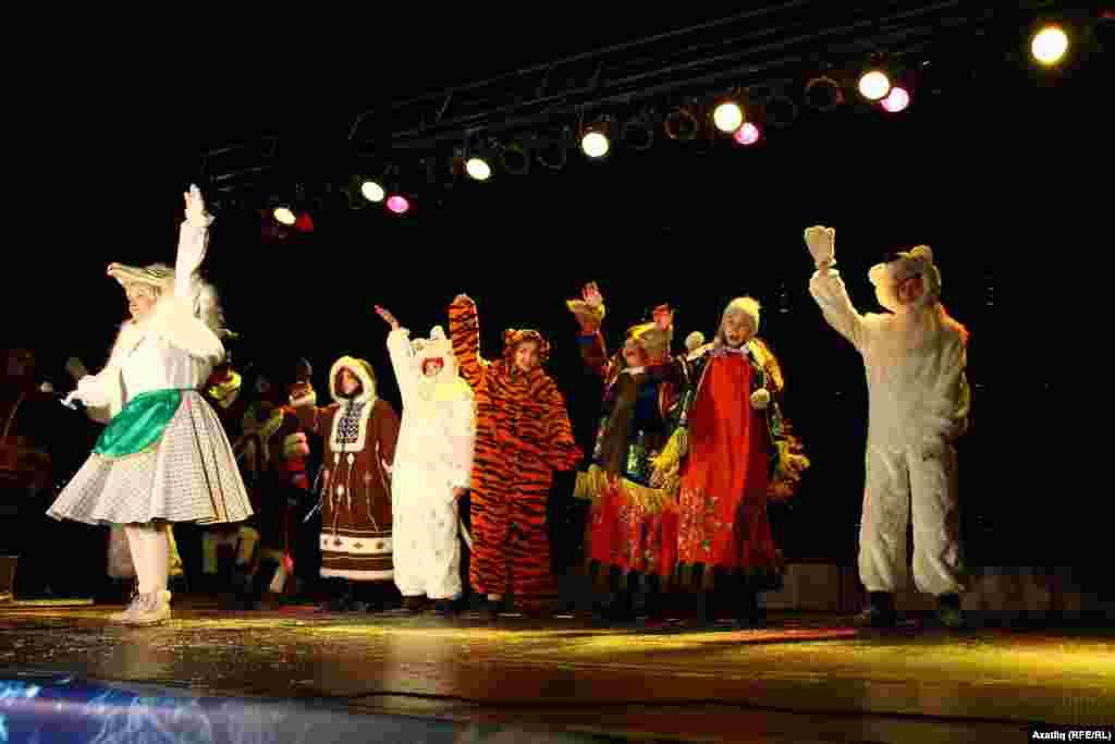 Казанның Үзәк чыршысы ачылыр алдыннан төрле җәнлек киемнәренә киенгән балалар