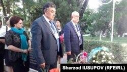 Ўшдаги ўзбеклар жамияти раиси Абдурашид Хўжаев (чапда) ва Ўш вилоят губернатори ўринбосари Ахмаджон Муҳаммаджонов 2010 йил июнь воқеалари қурбонларини хотирлаш маросимида.