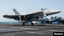 """مقاتلة أميركية تستعد للإقلاع من حاملة طائرات لقصف مواقع لتنظيم """"داعش"""""""
