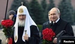 Ruski predsjednik Vladimir Putin i patrijarh Kiril položili su cvijeće na spomenik na Crvenom trgu u blizini Kremlja, obilježavajući Dan nacionalnog jedinstva u Moskvi 4. novembra 2018. godine.