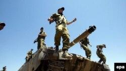 К середине дня израильские военные колонны, во главе с танками и тяжелыми бульдозерами, заняли позиции в палестинском лагере беженцев Рафах, на юге сектора Газа