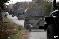 Ресейшіл сепаратистер әскери техникаларын Донецк қаласынан шығарып, осы облыстағы Зелене селоасына әкетіп барады. 28 қазан 2015 жыл.