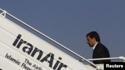 محمود احمدی نژاد در حال سوار شدن به هواپیما برای سفر به نیویورک- ۲۸ شهريور ۱۳۹۰.