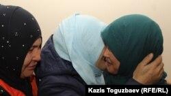 Растроганная Карлыгаш Адасбекова после оглашения приговора в объятиях своих сторонниц. Алматы, 27 января 2020 года.