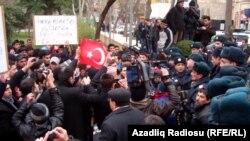 Fransanın Bakıdakı səfirliyi önündə etiraz aksiyası. 25 yanvar 2012
