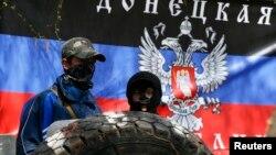 Ուկրաինա - Ռուսամետ ցուցարարները Սլավյանսկում ոստիկանության շենքի դիմաց կառուցված բարիկադների վրա, 15-ը ապրիլի, 2014թ․