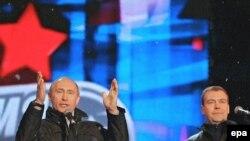 Владимир Путин и Дмитрий Медведев случайно вернули року независимость