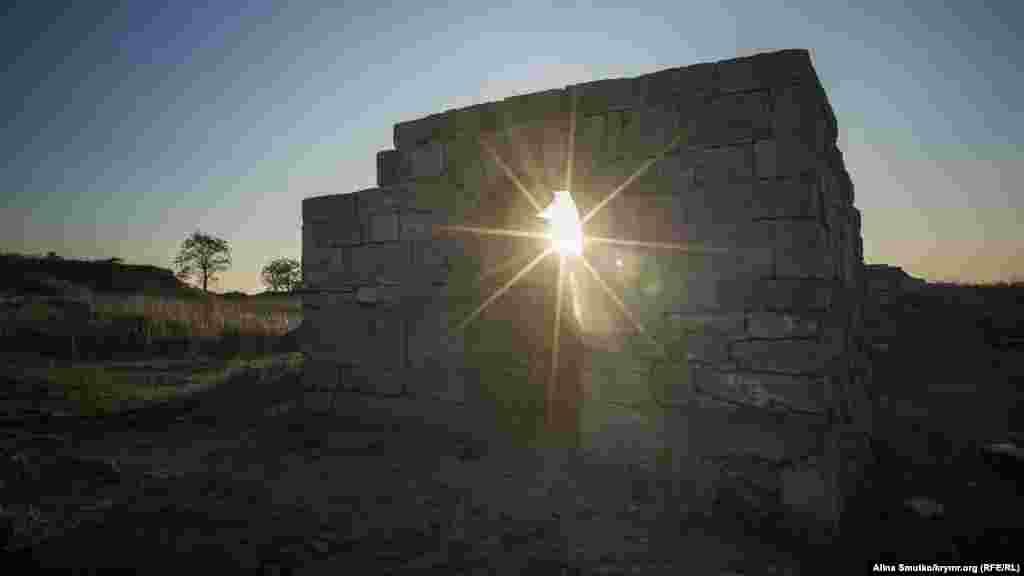 Пантікапей, у перекладі з давньоіранського «рибний шлях», був заснований еллінами, вихідцями з Мілета, приблизно 600 року до н.е.