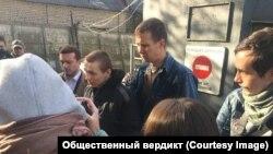 Евгений Макаров (в центре) у ворот ярославской ИК-8