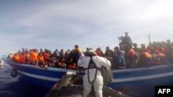 Берегова охорона Італії рятує судно з 397 мігрантами 2 травня 2015 року, відеокадр