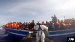 Мигранты во время спасательной операции в Средиземном море.