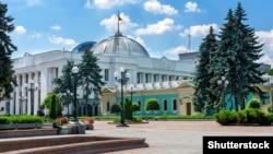 Будівля Верховної Ради України і крило Маріїнського палацу. Київ, 10 червня 2019 року