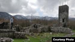 Emil Bjorn Hilton Sagau pregleda ruševine crkve Prečista Krajinska na jugoistoku Crne Gore
