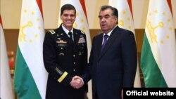 Президент Таджикистана Эмомали Рахмон (справа) и командующий Центральным штабом ВВС США генерал Джозеф Вотел. 15 июня 2016 года.