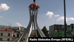 """Споменикот """"Карпалак"""" во центарот на Прилеп."""
