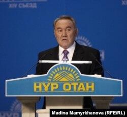 Президент Казахстана Нурсултан Назарбаев выступает на 14-м съезде партии «Нур Отан». Астана, 25 ноября 2011 года.