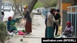 Türkmenistanda daýzalar köçe gyrasynda gök-önüm satýarlar.